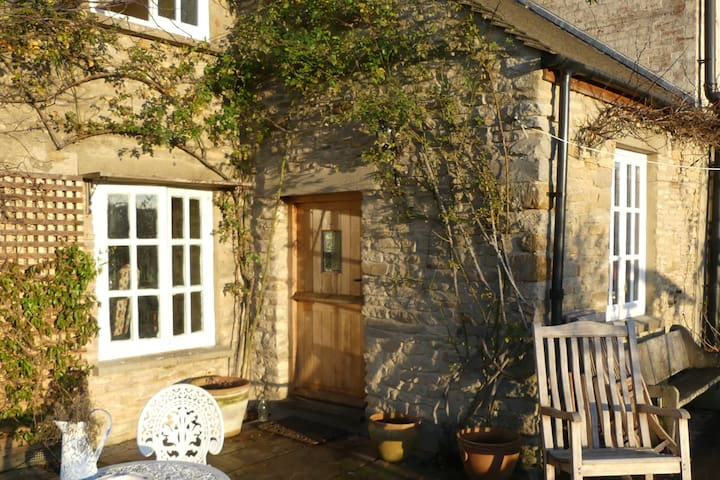 Delightful old Cotswold cottage - double bedroom - Oxfordshire - House