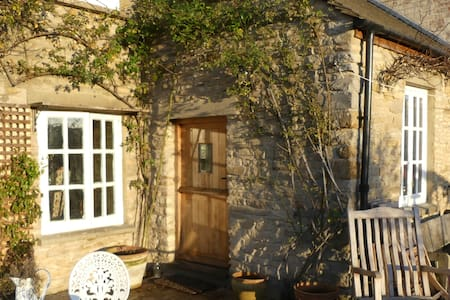 Delightful old Cotswold cottage - double bedroom - Oxfordshire