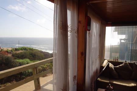 Tranquila casa en condominio con vista al mar.