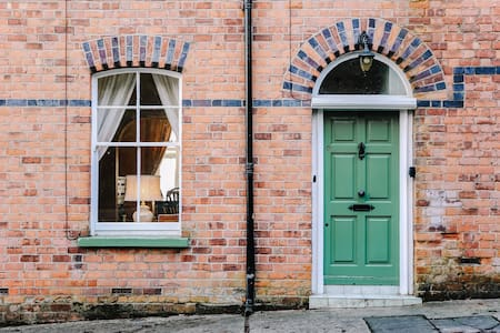 Entire Townhouse | 4 Bedrooms | Central Derry
