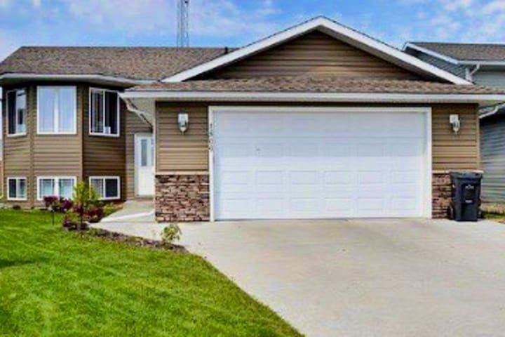 Beautiful new bungalow, a short walk to the lake!