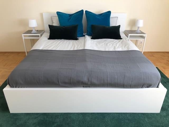 SZ 1 mit Kingsize Bett und hochwertigen Latex Matratzen