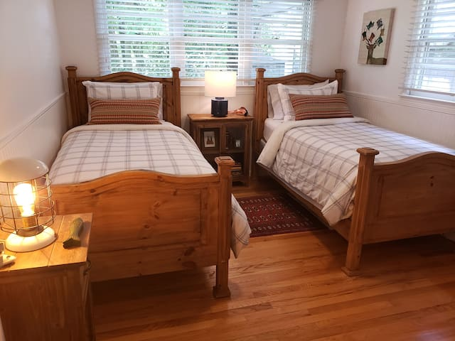 The Perfect spot for kids or your Guest. Cozy, comfortable and private.  This room features a desk for writing or activities.