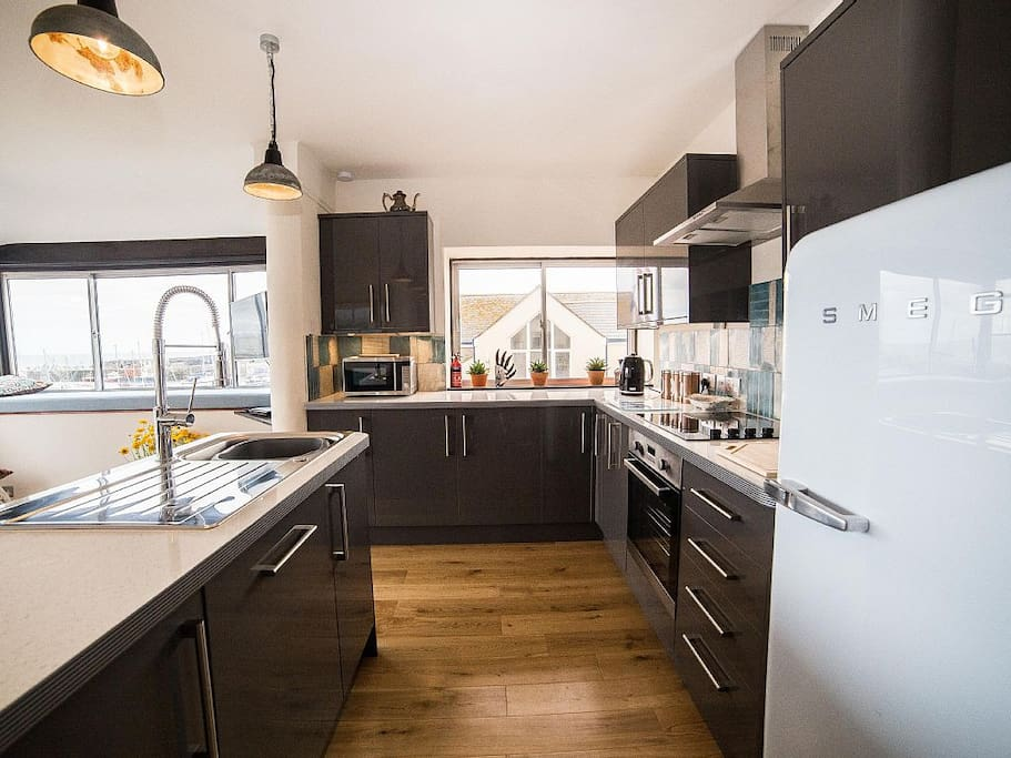 Brand new kitchen with many extras and views of the Harbour,sea and cliffs. Fabulous views all year round.