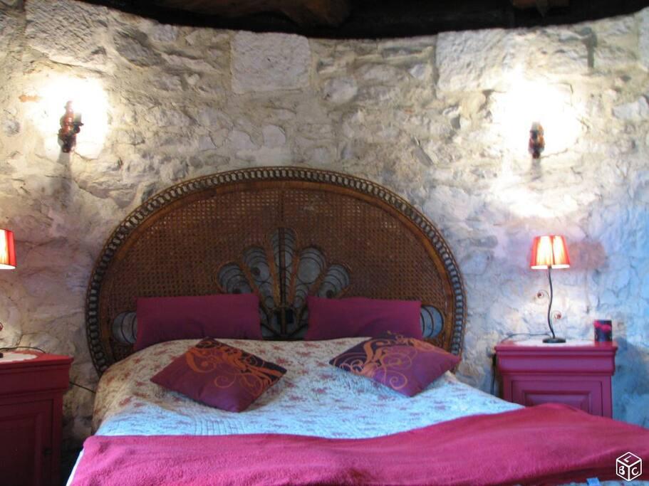La chambre tout en rondeur, murs de pierre, vue exceptionnelle sur les collines alentour et Pyrénées.