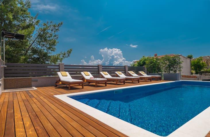 VILLA ARYA - heated pool, roof hot tub, sauna, gym