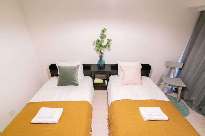 bedroom. two single beds. 95*2.1. 卧室