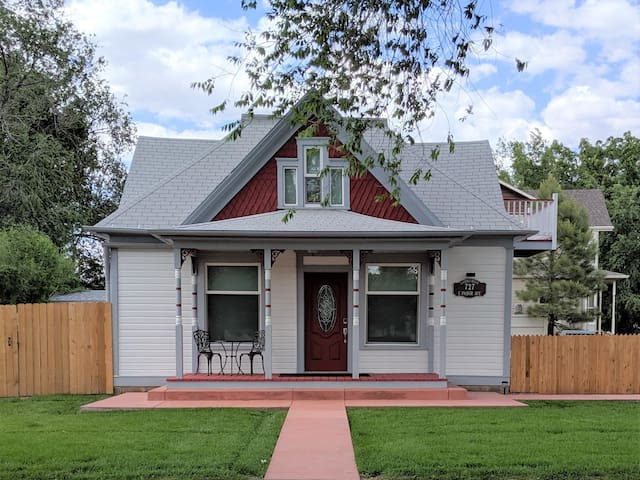 ♡Ladybug House -Family+Pet friendly updated downtown, huge yard w/Patio+BBQ, TVs