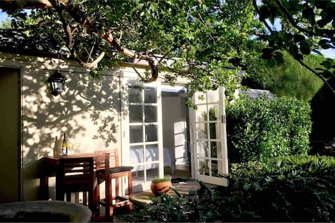 Quiet Garden Cottage - with Pool, Pymble