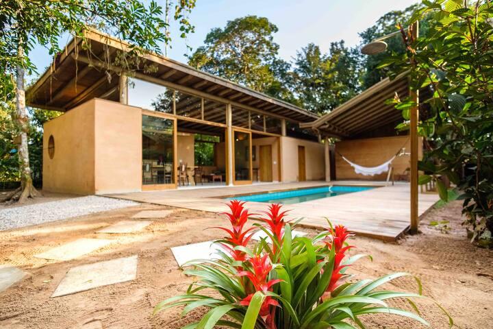 Casa na praia de Itamambuca com piscina