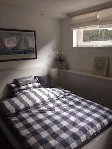 1 schönes Zimmer mit einem Doppelbett + Sitzecke