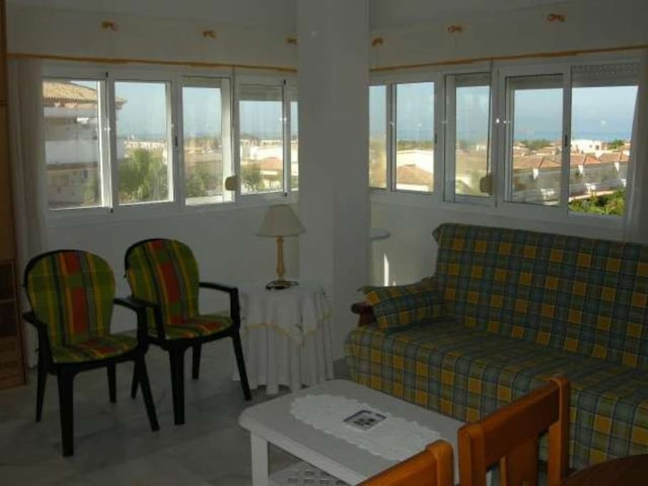 Amplio salón independiente de 25 m2, todo exterior con vistas al mar y acceso a balcón