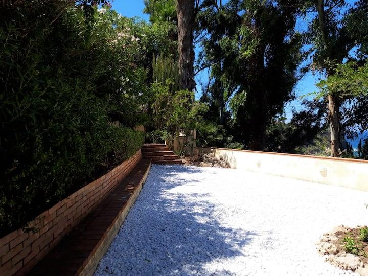 Arcile, beach house with garden