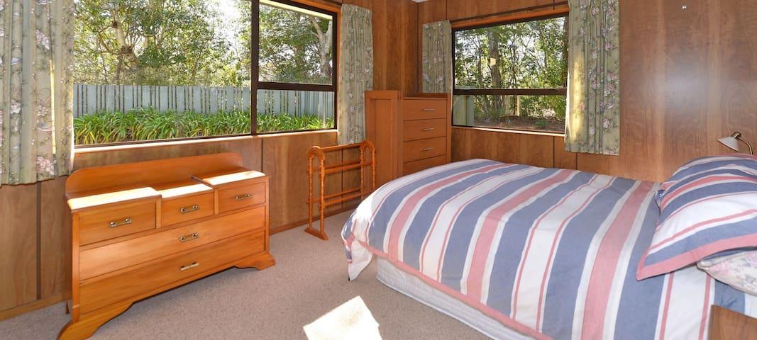 Bedroom 1 (Downstairs): Queen Bedroom