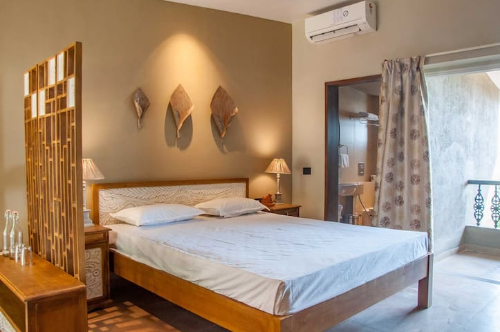 Cozy Room with Balcony for couples | Mahabaleshwar