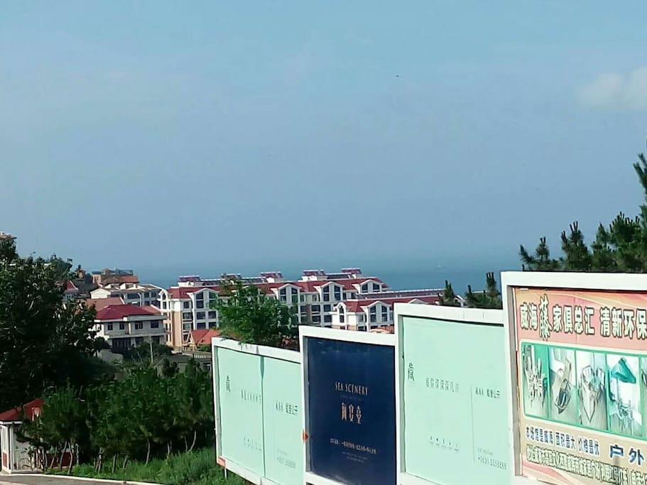 东边就是海,走路十分钟吧!