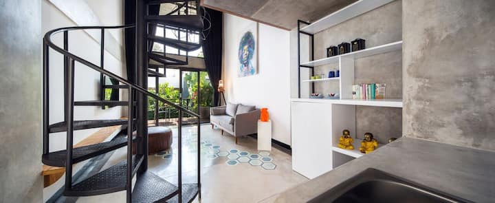 B32 Artistic, Spacious Seminyak Loft with Pool