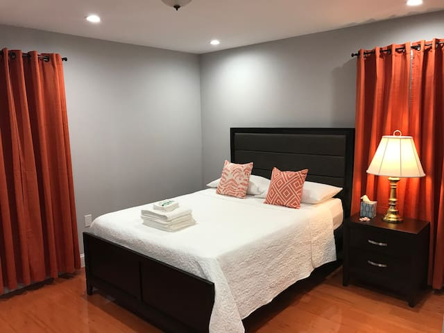 Private Bedroom & Private Bathroom 7 mins from JFK