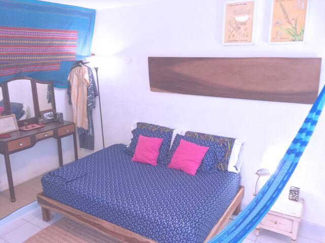 Dormitorio con cama tamaño Queen y hamaca / Bedroom with queen size bed and hammock
