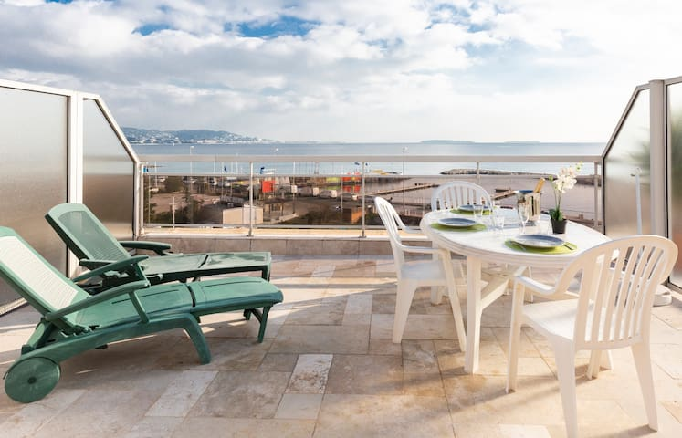 Fully equipped triplex beach front in Cannes