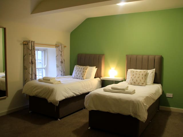 Twin room-Comfort-Ensuite with Shower