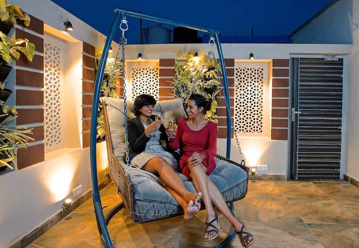 Posh Penthouse w/ Quaint patio +Cushy Double swing