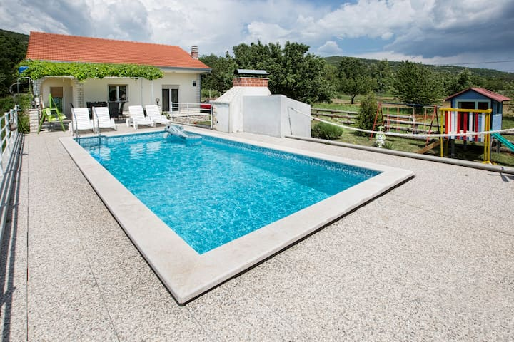 NEW VILLA NEAR SPLIT private pool,sunny garden