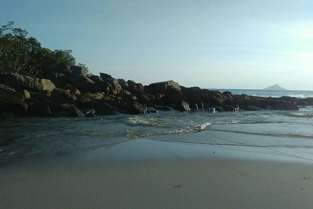 lado esquerdo da praia de Camburizinho