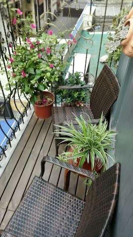 自带一个小阳台,有两张椅子,可以坐着喝咖啡。