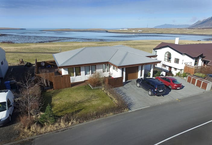 Fantastic ocean view near Reykjavik with hot tub - Mosfellsbær - House
