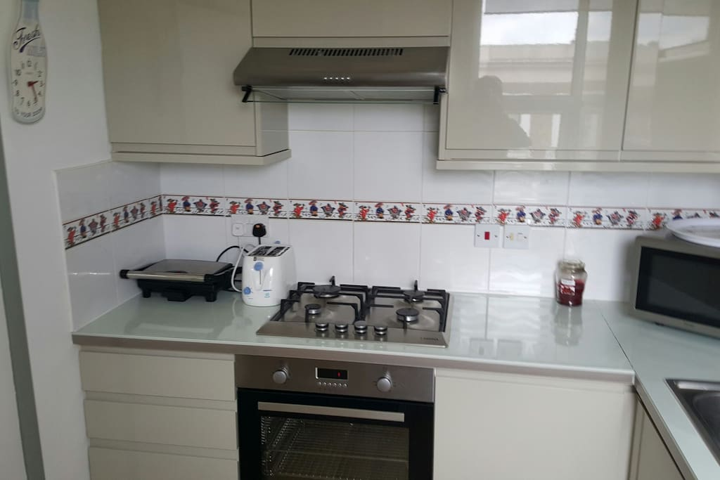 FULLY FITTED KITCHEN  INCLUDING OVEN AND HOB, MICROWAVE, KETTLE, TOASTER WASHING MACHINE, FRIDGE