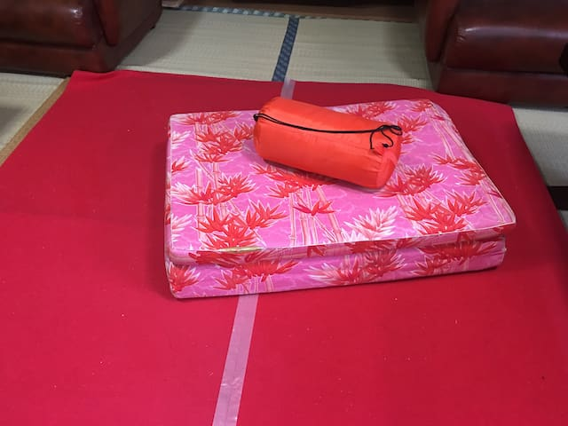 Sleeping bag in the Lobby at Towadakoロビーで寝袋泊
