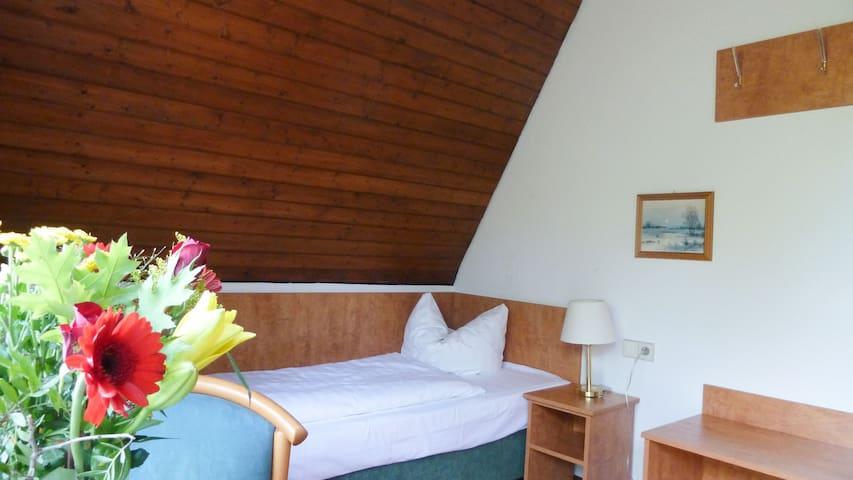 Gasthof Adler Güttingen mit Gästehaus Sonnhalde, (Radolfzell-Güttingen), Einzelzimmer mit eigenem Bad oder Dusche und WC
