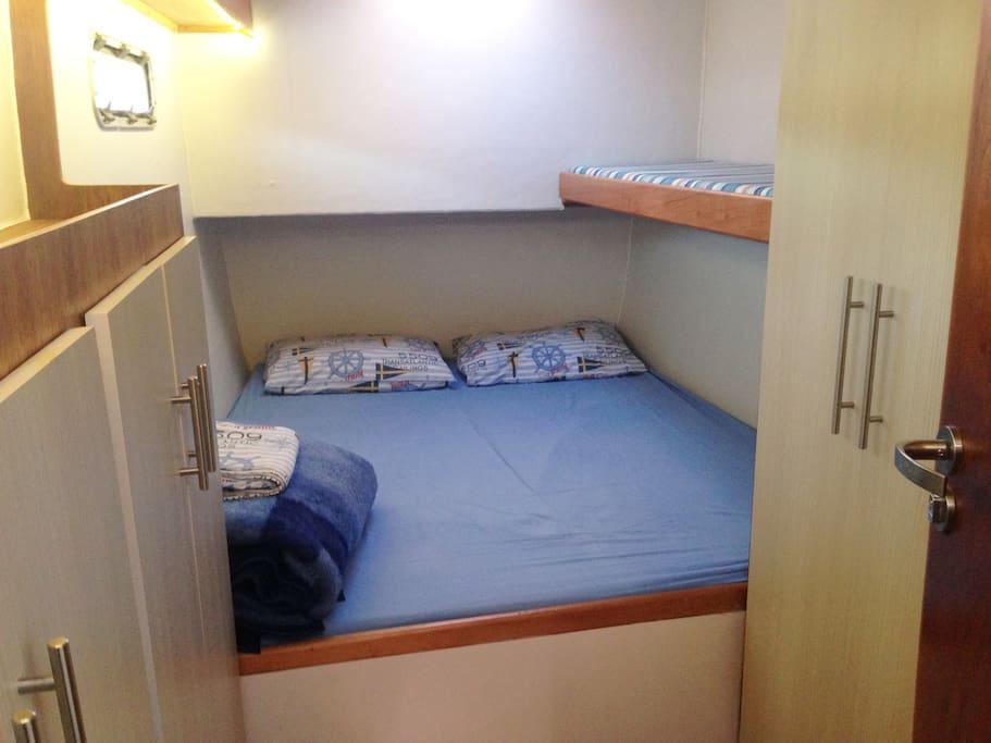 Camarote de Popa (cama Queen Size) e beliche infantil