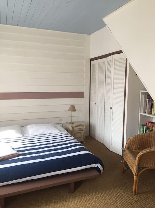 Suite Chambre parentale avec accès terrasse en bois et piscine