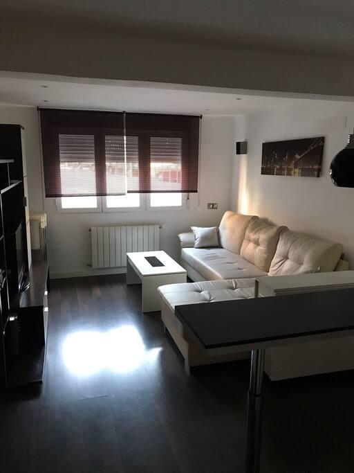 Todo el piso ha sido recientemente reformado y cuenta con los mejores materiales y comodidades. Hay sistema de calefacción regulable, para establecer la temperatura que se desee.