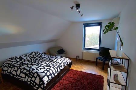 Privé kamer in groot huis met tuin