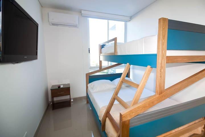 2 habitación, camarote doble abajo y sencillo arriba, con aire acondicionado y tv