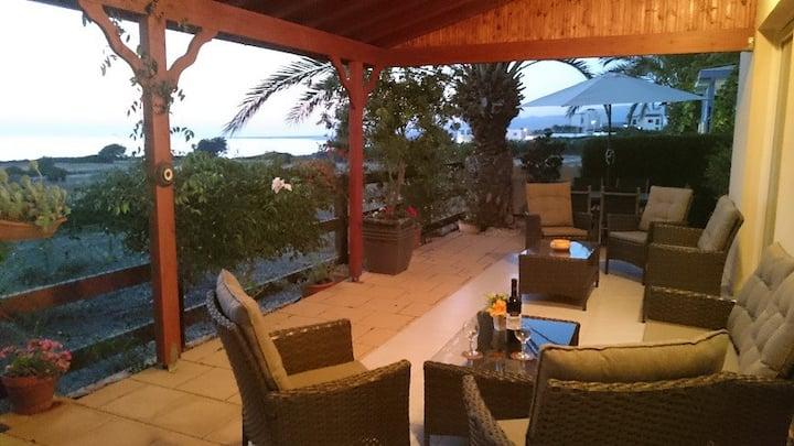 Villa Summer Breeze, luxuriös am Meer und mit Pool