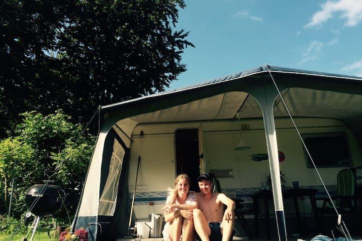 Campingvogn med, toilet, køkken og dobbeltseng