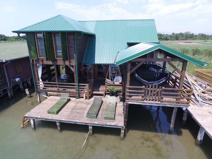Luxurious bungalow next to the beach!