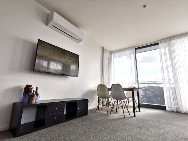 Lovely Modern Apartment in Central Location!