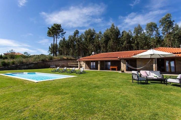Luxury Spacious farmhouse with great Land viewBV