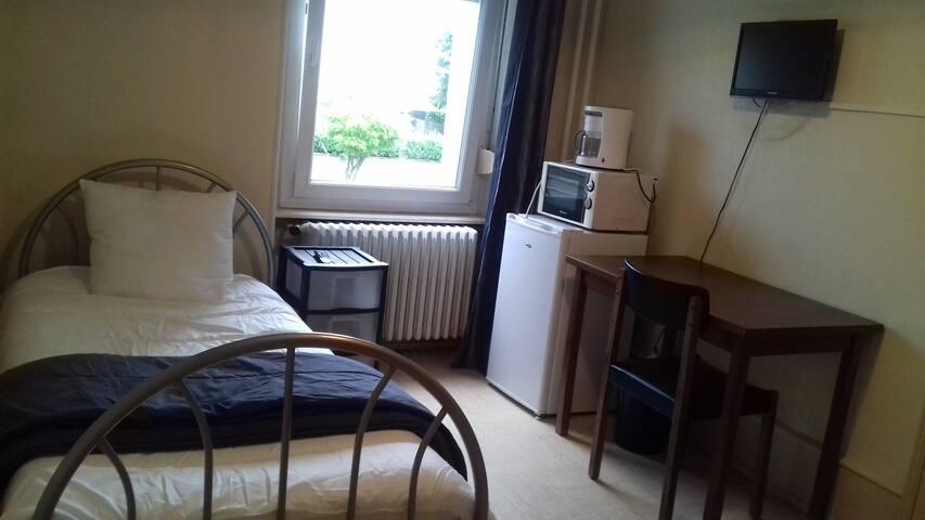 Chambre avec douche TV Wifi à 150m de PSA (CH 24)