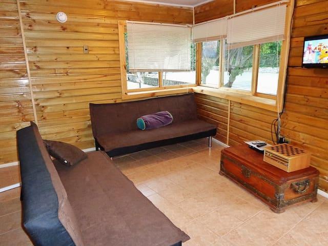 Acogedor living para relajarse comodamente. La mesa de centro tiene la ropa de cama para los futones, en los que pueden dormir dos personas más.
