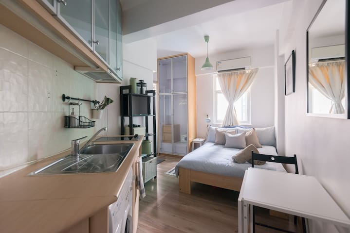 Tucked away in the corner yet nestled in the heart of Lan Kwai Fong, the studio is perfect for both couple and solo travellers.