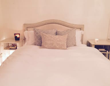 Bedroom between Dublin city & Wicklow mountains - Dublin - House