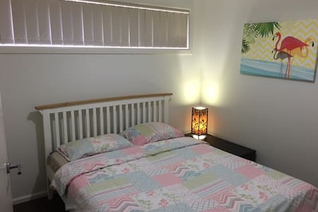 2 Single rooms available,Common Kitchn and Laundry - Point Cook - House