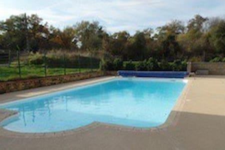 Gite avec piscine chauffée - Faveraye-Mâchelles - Casa