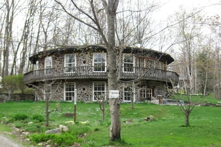 The Roundhouse at Pompanuck Farm: Woodland Retreat